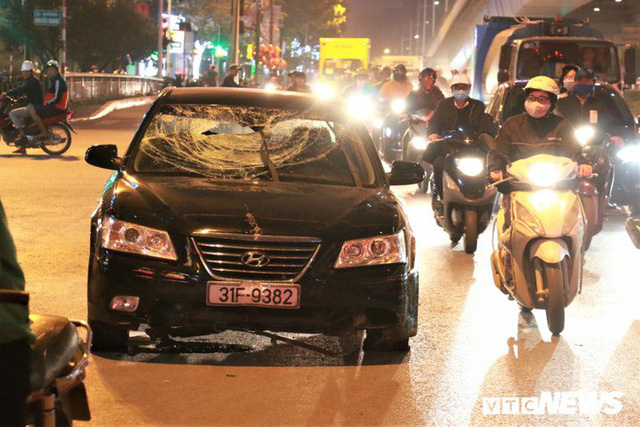 Ảnh: Hiện trường tài xế ô tô say rượu đâm liên tiếp hai bà bầu trên phố Hà Nội - Ảnh 1.