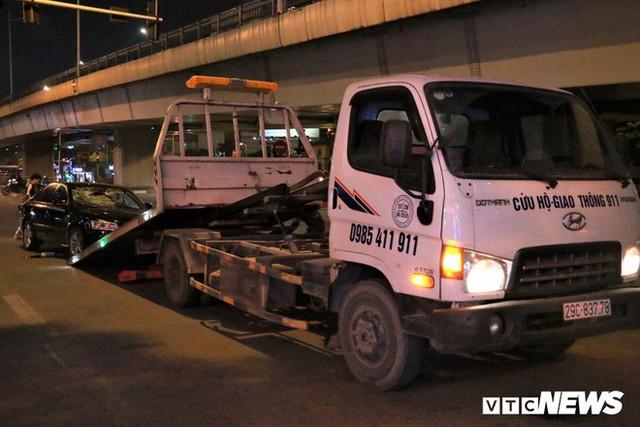 Ảnh: Hiện trường tài xế ô tô say rượu đâm liên tiếp hai bà bầu trên phố Hà Nội - Ảnh 2.