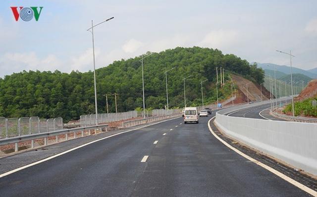 Ngắm toàn cảnh cao tốc Hạ Long - Vân Đồn 12.000 tỷ xuyên vùng Đông Bắc  - Ảnh 2.