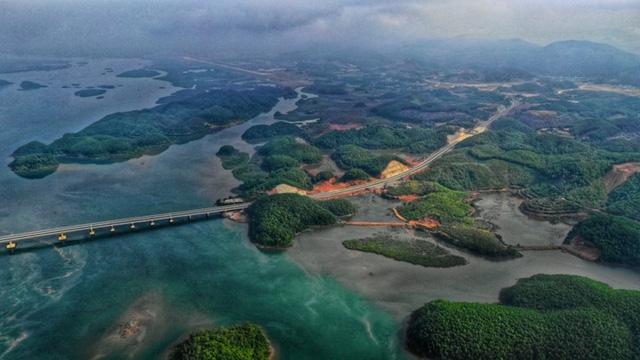 Ngắm toàn cảnh cao tốc Hạ Long - Vân Đồn 12.000 tỷ xuyên vùng Đông Bắc  - Ảnh 13.