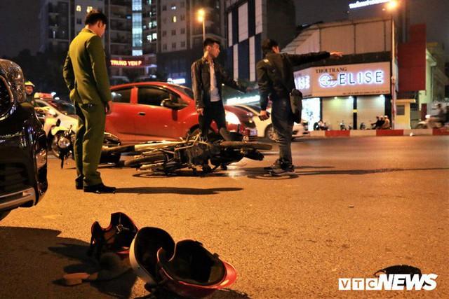 Ảnh: Hiện trường tài xế ô tô say rượu đâm liên tiếp hai bà bầu trên phố Hà Nội - Ảnh 3.
