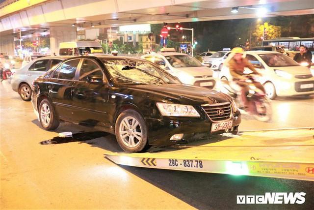 Ảnh: Hiện trường tài xế ô tô say rượu đâm liên tiếp hai bà bầu trên phố Hà Nội - Ảnh 6.