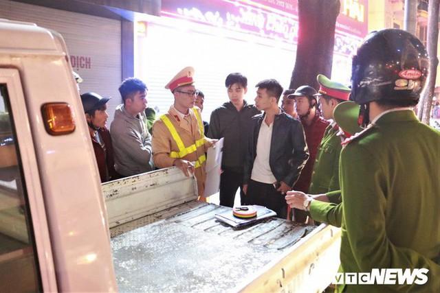 Ảnh: Hiện trường tài xế ô tô say rượu đâm liên tiếp hai bà bầu trên phố Hà Nội - Ảnh 9.