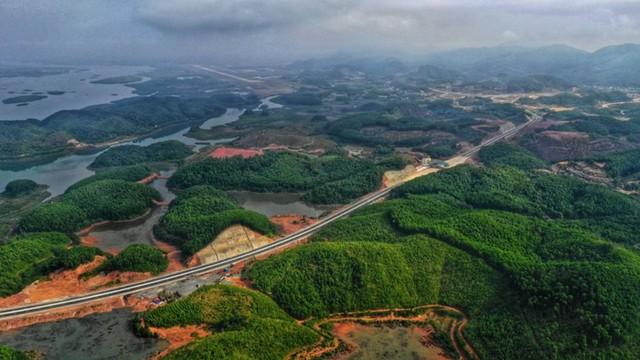 Ngắm toàn cảnh cao tốc Hạ Long - Vân Đồn 12.000 tỷ xuyên vùng Đông Bắc  - Ảnh 9.