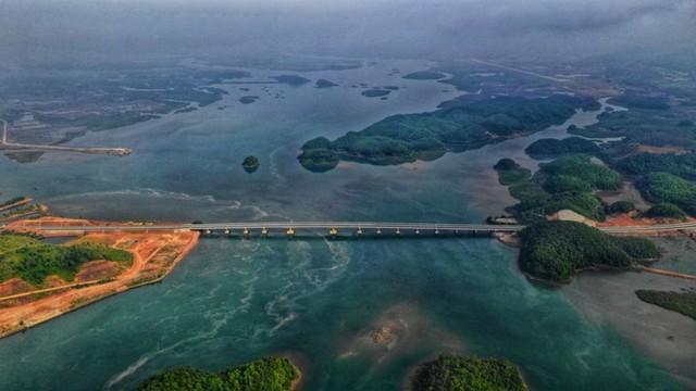 Ngắm toàn cảnh cao tốc Hạ Long - Vân Đồn 12.000 tỷ xuyên vùng Đông Bắc  - Ảnh 10.