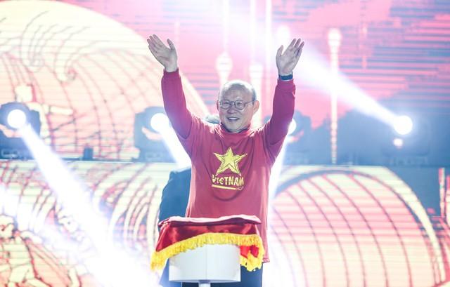 Trước thềm Asian Cup 2019, HLV Park Hang Seo dẫn các học trò ở lại Hà Nội vui Noel với người hâm mộ - Ảnh 2.