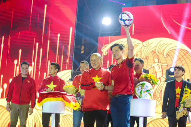 Trước thềm Asian Cup 2019, HLV Park Hang Seo dẫn các học trò ở lại Hà Nội vui Noel với người hâm mộ - Ảnh 1.
