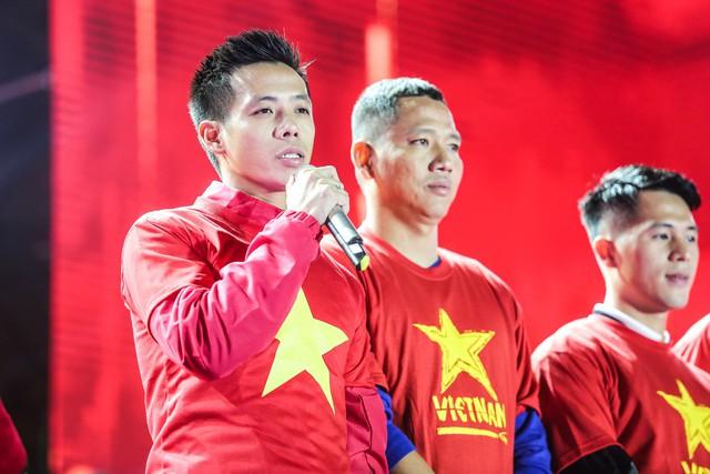 Trước thềm Asian Cup 2019, HLV Park Hang Seo dẫn các học trò ở lại Hà Nội vui Noel với người hâm mộ - Ảnh 4.