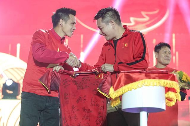 Trước thềm Asian Cup 2019, HLV Park Hang Seo dẫn các học trò ở lại Hà Nội vui Noel với người hâm mộ - Ảnh 7.