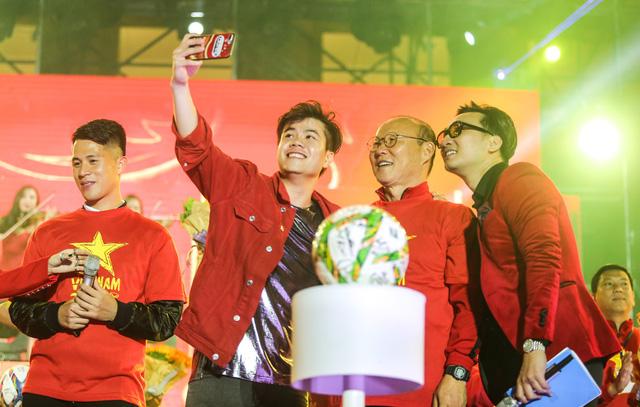 Trước thềm Asian Cup 2019, HLV Park Hang Seo dẫn các học trò ở lại Hà Nội vui Noel với người hâm mộ - Ảnh 8.