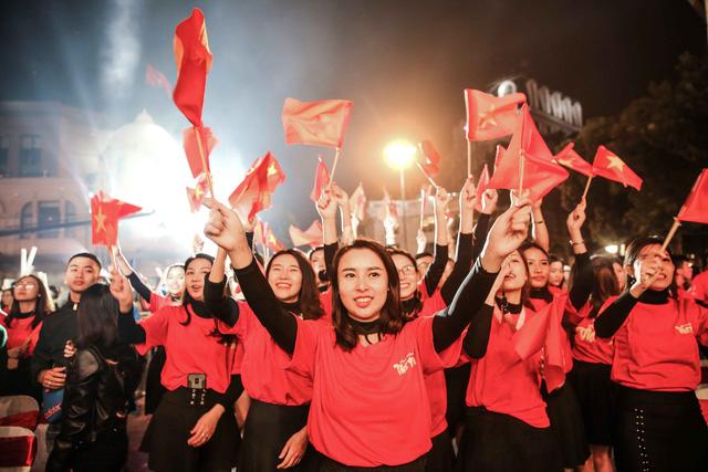Trước thềm Asian Cup 2019, HLV Park Hang Seo dẫn các học trò ở lại Hà Nội vui Noel với người hâm mộ - Ảnh 9.