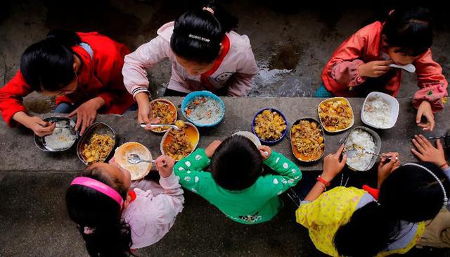 Bữa trưa của học sinh toàn thế giới: Nơi sang chảnh như khách sạn, nơi nghèo đói phải ăn đồ cứu trợ - Ảnh 1.