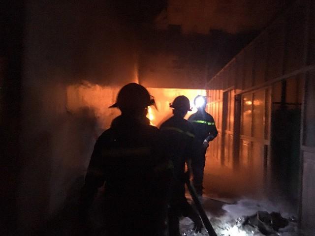 400 chiến sĩ chữa cháy tại công ty nhựa ở Khu công nghiệp Trà Nóc - Cần Thơ - Ảnh 8.