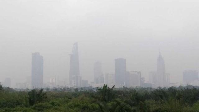 TPHCM chìm trong sương mù, mờ ảo như trời Đà Lạt - Ảnh 1.