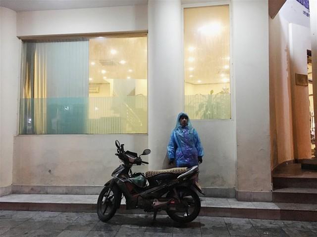 Mưu sinh giữa đêm lạnh dưới 10 độ C của Hà Nội - Ảnh 1.