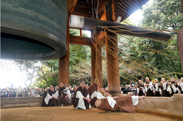 Người Nhật rộn ràng trong ngày làm việc cuối năm, chuẩn bị tiễn năm Chó đón năm mới Lợn rừng - Ảnh 3.