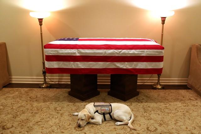 Cập nhật tang lễ cố Tổng thống Bush (cha): Di hài nằm ở trái tim của tòa nhà Quốc hội Mỹ - Ảnh 2.