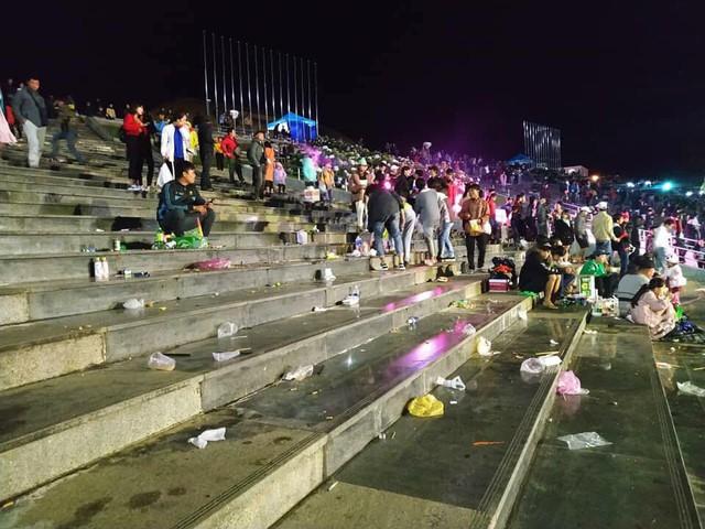 Rác ngập quảng trường ở Đà Lạt sau trận bán kết lượt đi giữa Việt Nam - Philippines - Ảnh 3.