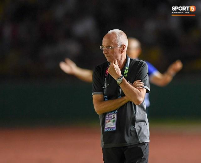 HLV Philippines vỗ vai thán phục đồng nghiệp Park Hang-seo sau trận thua Việt Nam - Ảnh 4.