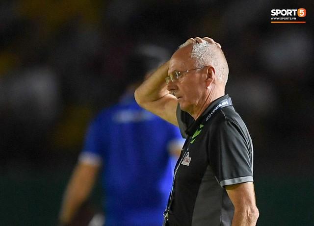 HLV Philippines vỗ vai thán phục đồng nghiệp Park Hang-seo sau trận thua Việt Nam - Ảnh 6.