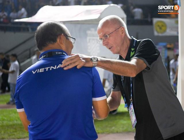 HLV Philippines vỗ vai thán phục đồng nghiệp Park Hang-seo sau trận thua Việt Nam - Ảnh 7.