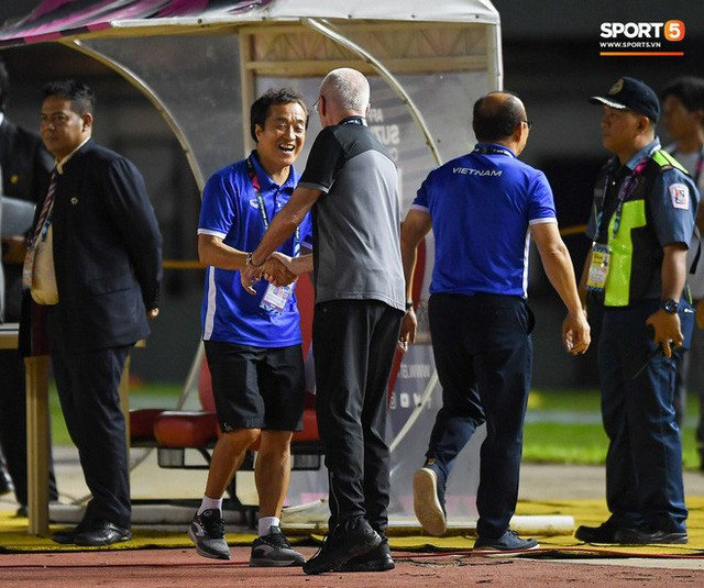 HLV Philippines vỗ vai thán phục đồng nghiệp Park Hang-seo sau trận thua Việt Nam - Ảnh 8.