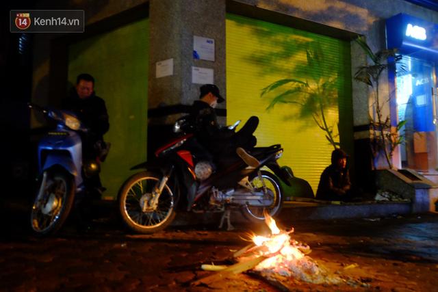 Xót xa cảnh người vô gia cư trùm chăn ngủ vỉa hè trong cái lạnh thấu xương giữa đêm đông Hà Nội - Ảnh 1.