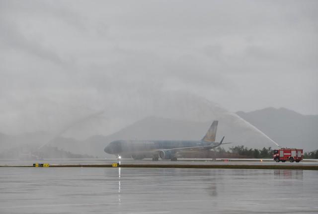 Chùm ảnh: Thủ tướng đi chuyến bay đầu tiên xuống Vân Đồn - Ảnh 1.