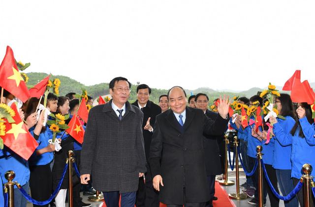 Chùm ảnh: Thủ tướng đi chuyến bay đầu tiên xuống Vân Đồn - Ảnh 2.