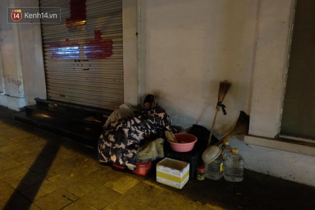 Xót xa cảnh người vô gia cư trùm chăn ngủ vỉa hè trong cái lạnh thấu xương giữa đêm đông Hà Nội - Ảnh 2.