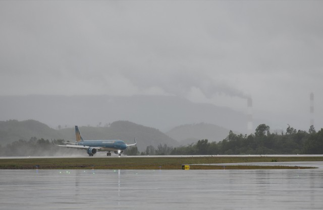 Chùm ảnh: Thủ tướng đi chuyến bay đầu tiên xuống Vân Đồn - Ảnh 3.