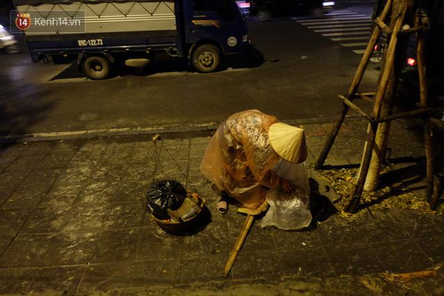 Xót xa cảnh người vô gia cư trùm chăn ngủ vỉa hè trong cái lạnh thấu xương giữa đêm đông Hà Nội - Ảnh 6.