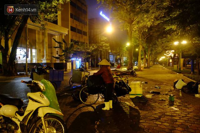 Xót xa cảnh người vô gia cư trùm chăn ngủ vỉa hè trong cái lạnh thấu xương giữa đêm đông Hà Nội - Ảnh 8.