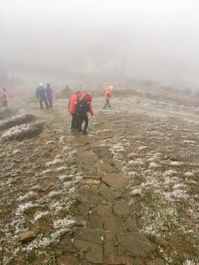 Hình ảnh băng tuyết bao phủ đỉnh Mẫu Sơn trong ngày rét đỉnh điểm - Ảnh 9.