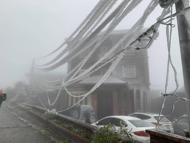 Băng tuyết phủ trắng nhà cửa, xe cộ ở đỉnh Mẫu Sơn - Ảnh 1.
