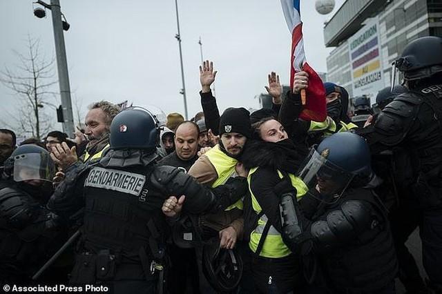 Cảnh sát Pháp chuẩn bị cho tình trạng bất ổn đêm giao thừa - Ảnh 1.