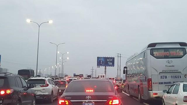 Ùn tắc nghiêm trọng trên cao tốc Cầu Giẽ - Pháp Vân chiều cuối năm - Ảnh 1.