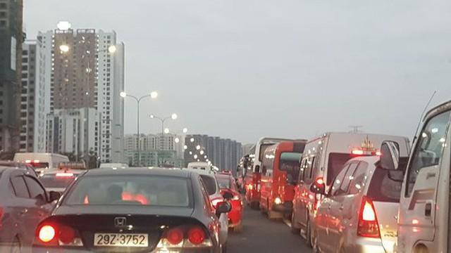 Ùn tắc nghiêm trọng trên cao tốc Cầu Giẽ - Pháp Vân chiều cuối năm - Ảnh 2.