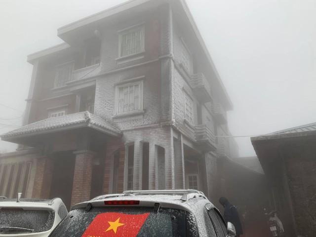 Băng tuyết phủ trắng nhà cửa, xe cộ ở đỉnh Mẫu Sơn - Ảnh 14.