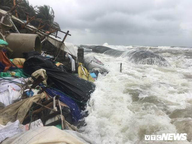 Ảnh: Sóng to, gió lớn làm sạt lở hàng trăm mét bờ biển đẹp bậc nhất miền Trung - Ảnh 4.