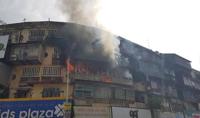 Hiện trường vụ cháy căn hộ khu tập thể cũ gần Đại học Y  - Ảnh 1.