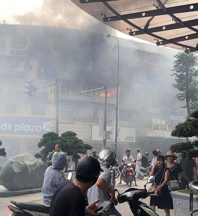 Hiện trường vụ cháy căn hộ khu tập thể cũ gần Đại học Y  - Ảnh 2.