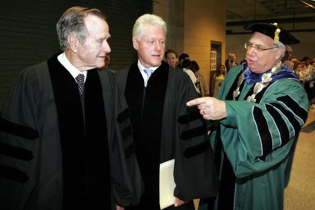 Cựu TT Clinton kể chuyện ông nằm giường, tôi nằm sàn trên chuyến bay đặc biệt với ông Bush cha - Ảnh 1.