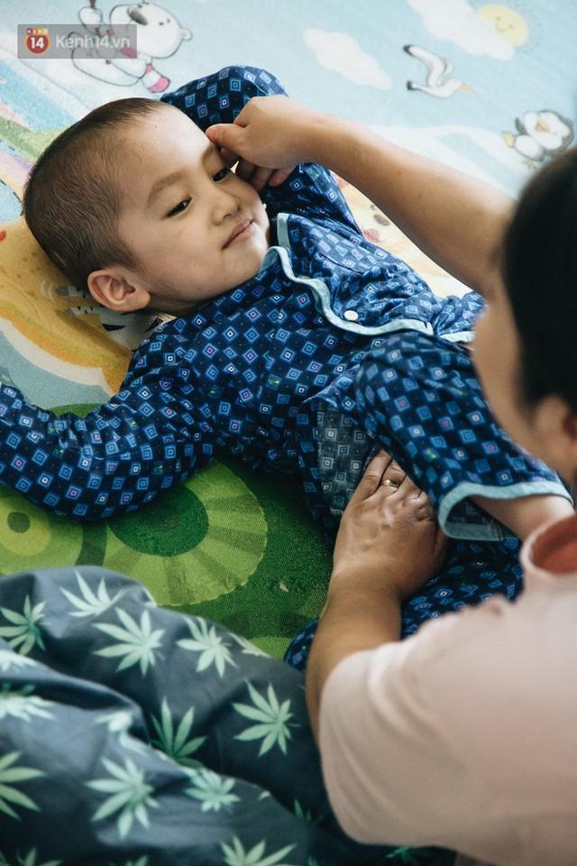 Lời tâm sự xúc động từ mẹ em bé ung thư não trong bộ ảnh 24h của Tom: Mình không được than vãn, vì thiệt thòi là con... - Ảnh 11.