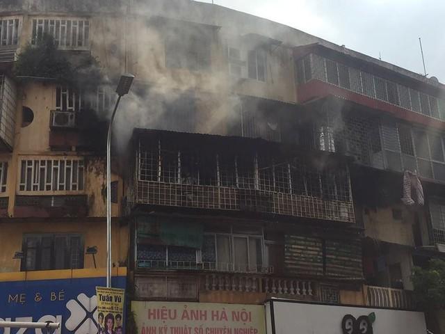 Hiện trường vụ cháy căn hộ khu tập thể cũ gần Đại học Y  - Ảnh 3.
