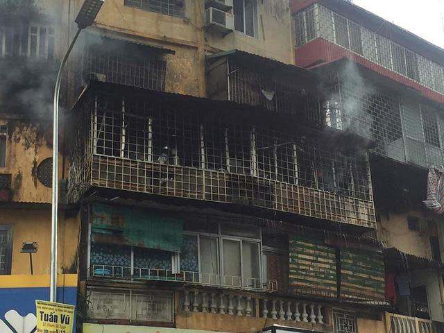 Hiện trường vụ cháy căn hộ khu tập thể cũ gần Đại học Y  - Ảnh 4.