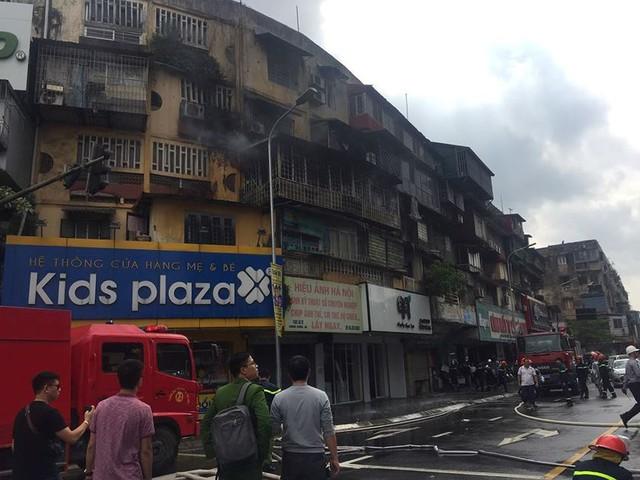 Hiện trường vụ cháy căn hộ khu tập thể cũ gần Đại học Y  - Ảnh 5.