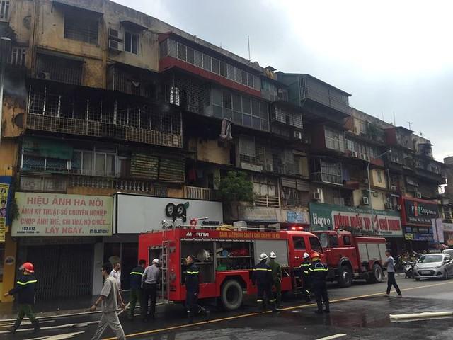 Hiện trường vụ cháy căn hộ khu tập thể cũ gần Đại học Y  - Ảnh 6.