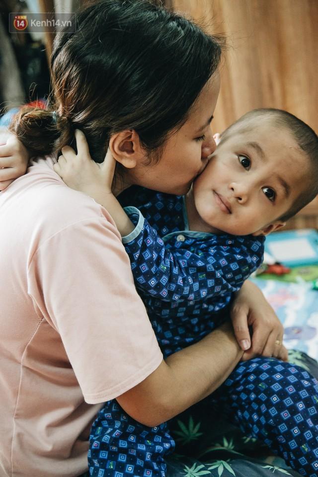 Lời tâm sự xúc động từ mẹ em bé ung thư não trong bộ ảnh 24h của Tom: Mình không được than vãn, vì thiệt thòi là con... - Ảnh 7.