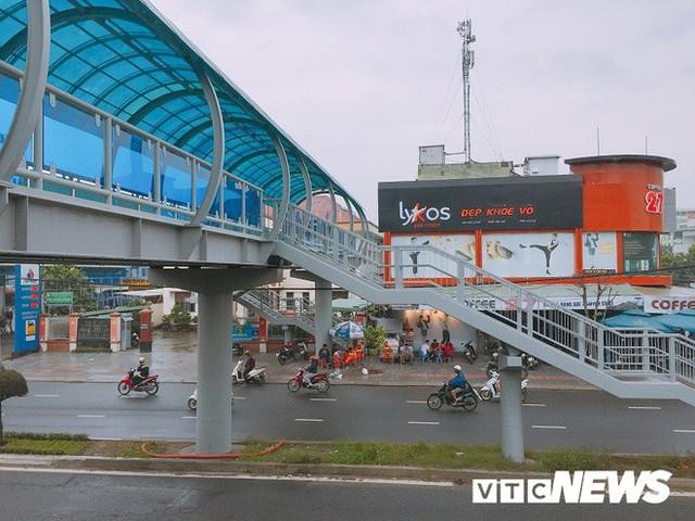 Ảnh: Cầu vượt đi bộ đầu tiên ở Đà Nẵng - Ảnh 1.